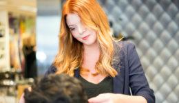Elin, en av frisörerna på Lycka Frisör & Salong