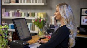 Camilla bokar in kunder på Lycka Frisörsalong i centrala Göteborg