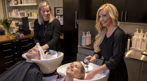 Camilla och Jannike sköljer hår på kunder - Lycka Frisersalong i Göteborg